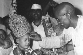 Mahatma Gurucharanand applies a Tilak to the young Satguru Maharaji (Prem Rawat)